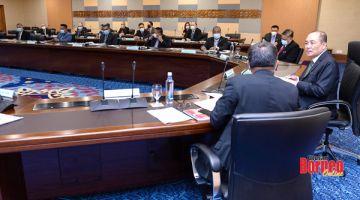 MESYUARAT: Hajiji (kanan) ketika mesyuarat Kabinet.