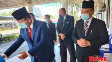 TIBA: Ruslan (kanan) dan ADUN Klias Datuk Isnin Aliasnih (kiri) tiba di pejabat Majlis Daerah Beaufort.
