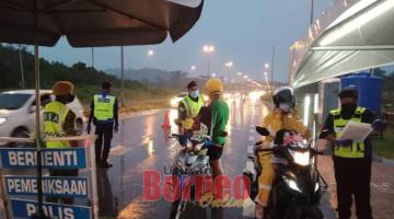 BEJALAIKA PENGAWA: Raban penerit adat bejalaika pengawa maya operasyen ngempang jalai alun enggau meresa maya PKPB di Batu 15 Jalai Kuching-Serian.