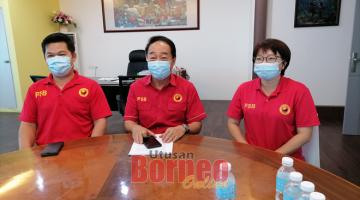 KOMITED: Wong (tengah) maya ba aum pengarang berita di Sibu kemari.