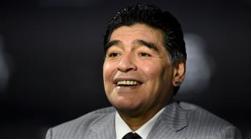 BERSEMADI: Gambar yang diambil pada tahun 2017 semasa Maradona menghadiri upacara Anugerah FIFA di Zurich. — Gambar AFP