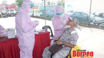 SARINGAN : Anggota Maritim menjalani ujian saringan wabak COVID-19.