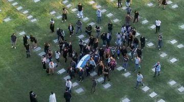 BERSEMADI DENGAN AMAN: Gambar dari pemandangan udara menunjukkan ahli keluarga, saudara mara dan sahabat mendiang Maradona membawa kerandanya untuk disemadikan di tanah perkuburan Jardin Bella Vista di pesisir Buenos Aires. — Gambar AFP