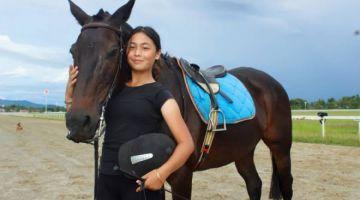 HEBAT: Isabelle berjaya diberi pengiktirafan RSTC dan lesen untuk meneruskan latihan sekali gus menjadi pelatih kuda termuda di dunia.