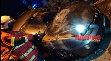 Keadaan kereta milik seorang lelaki yang terbakar di Simpang Kidurong Avenue pada malam Sabtu. - Gambar ihsan Bomba.