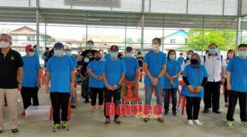 Dr Annuar (tiga dari kiri), Ting (kiri), Siaw (dua dari kiri), Lau (empat dari kanan), Dr Teh ( dua kanan) dan yang lain merakam gambar kenangan pada Program Plogging, Kesedaran Pembasmian COVID-19, Wabak Rabies dan Kempen Kesedaran Keselamatan Jalan Raya di Padang Futsal Kampung Nangka, hari ini.