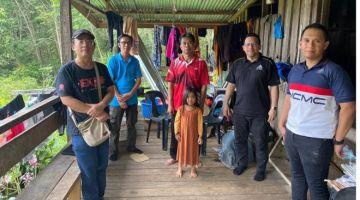 KENANGAN: Pengarah MCMC Sabah dan Wilayah Persekutuan Labuan, Izani Othman (dua kanan) berjumpa dengan Galam (tengah) bagi mendapatkan gambaran keadaan terkini ketiga-tiga pelajar yang terjatuh ketika cuba mendapatkan rangkaian Internet.
