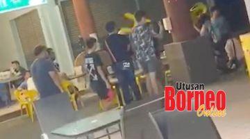 SERANG: Kejadian tiga remaja diserang menggunakan kerusi sempat dirakam pengunjung restoran lain.