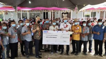 Abdullah, Dennis dan penduduk tempatan pada majlis penangguhan 'Agriculture Community Outreached Program' ( Agricorp 2020) di Kampung Long Pilah, Baram.
