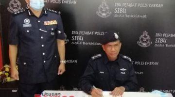 Fisol menandatangani buku pelawat sempena lawatan kerja pertamanya ke IPD Sibu sejak menjawat jawatan timbalan pesuruhjaya polis negeri Sarawak.