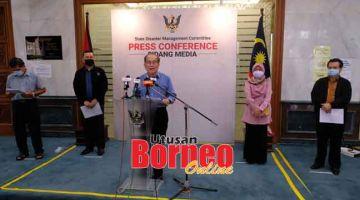 KENA NAGANG PENGELEKAI COVID-19: Uggah nyerumba aum pengarang berita COVID-19 Sarawak nerangka bekaul enggau sesi sekula taun 2021 ba nengeri tu, kemari. — Gambar Muhamad Rais Sanusi