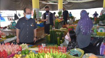 NAMA BERITA: Uggah (kiba) berandau enggau siku pedagang ti bejual buah ba Pasar Kota Sentosa.