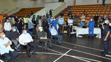 TAKLIMAT: Ketua Menteri Datuk Seri Panglima Hajiji Haji Noor (duduk, dua kanan) mendengar taklimat banjir semasa melawat mangsa banjir di PPS Dewan Masyarakat Tun Said Kota Belud.