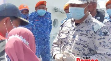 SABAR: Ahmad Firdaus berkata sesuatu kepada ahli keluarga mangsa hilang selepas bot tunda Ever Winner karam.