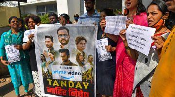 """PROTES: Penyokong parti kerajaan India BJP menyertai protes terhadap siri sesawang baharu 'Tandav', di Mumbai pada 18 Januari lepas. Siri penstriman popular yang dibintangi bintang mega Bollywood Saif Ali Khan telah bersetuju untuk """"melaksanakan perubahan"""" kepada program itu.  — Gambar AFP"""