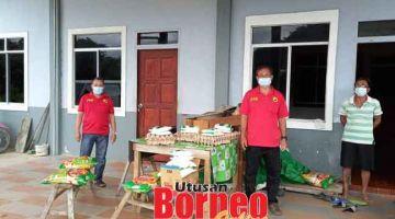 NGELEMPUNGKA TATING PENUSAH: Elly (tengah) nganjung bantu pemakai ngagai Rumah Bangau, Nanga Sayong di Meluan.