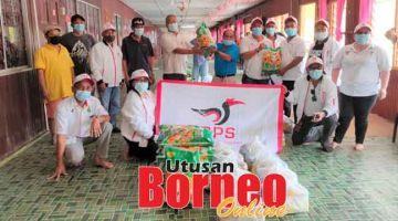 BANTU: Petugas dan sukarelawan Pusat Khidmat Masyarakat DUN Kakus menyerahkan                          bantuan Bakul Makanan Sarawakku Sayang kepada penduduk di beberapa rumah panjang                 di DUN Kakus.