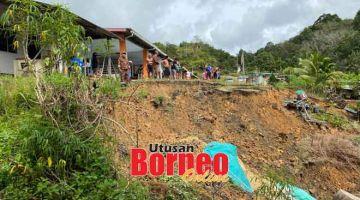 BERJAGA-JAGA: Keadaan runtuhan tanah yang berlaku di hadapan Rumah Timban, Jalan Sebauh-Bintulu pagi semalam.
