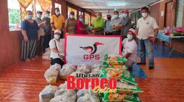 BANTU: Petugas Pusat Khidmat Masyarakat DUN Kakus menyampaikan bantuan Bakul Makanan Sarawakku Sayang kepada penduduk di beberapa rumah panjang di kawasan DUN Kakus.