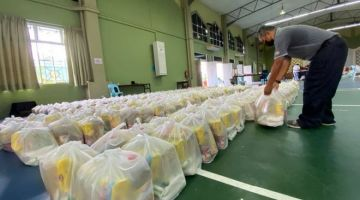 Bantuan makanan bagi kawasan DUN Nangka dalam proses pembungkusan dan akan diagihkan kepadayang layak.