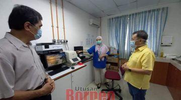 MERESA: Dr Sim (kanan) meda fasiliti pengerai di Sepital Besai Sarawak (HUS), Hari Enam tu tadi begulai enggau Direktor Opis Pengerai Nengeri Sarawak Dr Chin Zhin Hing (kiba).