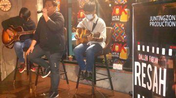 RESAH: Jun dan Ketua Kombo RTM Sabah Raimon Sukudat turut mengiringi persembahan Dallen Fabian sempena majlis pelancaran single penyanyi itu yang berlangsung di Vok Cafe, Gaya Street Kota Kinabalu.