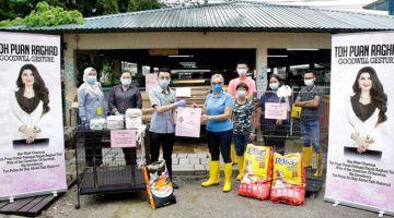 KEBAJIKAN: Zullasmie (tiga kiri) mewakili Ragad menyampaikan sumbangan kepada Donna (lima kanan). — Gambar Astana Negeri Sarawak