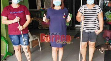 TINJAU: Julia (tengah) dan dua pekerjanya sebelum memulakan kerja pembersihan di salah sebuah rumah pelanggan.
