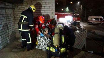 SELAMAT: Gambar serahan Perkhidmatan Kecemasan Ukraine kelmarin menunjukkan anggota bomba membantu seorang pesakit yang berjaya dikeluarkan dari kebakaran di unit rawatan rapi di hospital Zaporizhzhya. — Gambar AFP