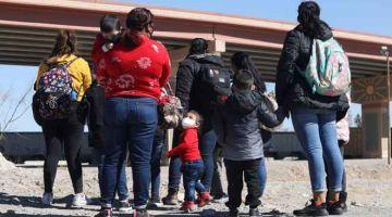 PERJALANAN BERBAHAYA: Sekumpulan keluarga pendatang berkumpul sebelum menyeberangi Rio Bravo untuk ke El Paso, satu daerah Texas dari Ciudad Juarez, Mexico. — Gambar AFP