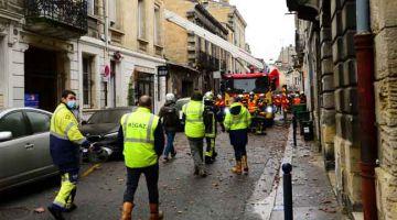 SIASAT: Anggota Regaz tiba di tempat kejadian ketika anggota bomba giat menjalankan operasi di sebuah garaj yang musnah di daerah Chartrons, Bordeaux kelmarin. — Gambar AFP