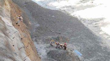 MISI BERBAHAYA: Gambar serahan Polis Sempadan Tibet Indo yang dirakam kelmarin menunjukkan anggota mereka menjalankan operasi menyelamat untuk membersihkan terowong Tapovan daripada puing susulan banjir kilat akibat glasier pecah di daerah Chamoli. — Gambar AFP