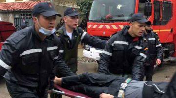 LEMAS: Anggota penyelamat mengangkat seorang lelaki yang lemas selepas bengkel tekstil bawah tanah ditenggelami banjir ekoran hujan lebat di bandar Tangiers, kelmarin. — Gambar AFP