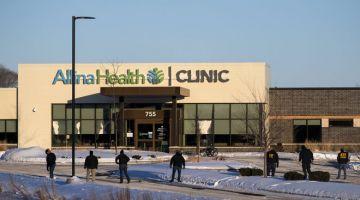 PERIKSA: Pegawai penguat kuasa undang-undang dari ATF memeriksa kawasan di luar Klinik Kesihatan Allina di mana insiden tembakan berlaku kelmarin di bandar Buffalo, Minnesota. — Gambar AFP