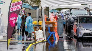 SARINGAN: Kenderaan berbaris di stesen ujian COVID-19 Otara selepas satu kes positif dilaporkan dalam komuniti terbabit ketika bandar itu memasuki perintah kawalan pergerakan tahap 3 di Auckland, semalam. — Gambar AFP