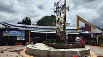Tasik Biru Food Village kini menjadi salah satu lokasi tumpuan penunjung di Bau untuk menjamu selera.