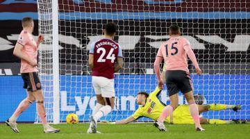 LEDAK: Ryan Fredericks menjaringkan gol ketiga buat West Ham pada perlawanan Liga Perdana Inggeris di antara  West Ham United dan Sheffield United di Stadium The London, London, kelmarin. — Gambar AFP