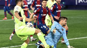 CARI GOL: Penyerang Atletico Madrid, Suarez (kiri) bertembung dengan penjaga gol Levante pada perlawanan La Liga di Stadium Ciutat de Valencia. — Gambar AFP