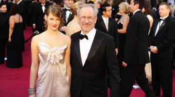 MUNCUL DENGAN ALBUM SULUNG: Gambar fail yang diambil pada 28 Februari 2011 ini menunjukkan Lee bersama ayahnya, pengarah Steven Spielberg tiba untuk Anugerah Akademi ke-83 yang diadakan di Kodak Theatre di  Hollywood, California. — Gambar AFP