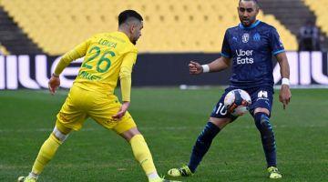 SENGIT: Payet (kanan) bersaing dengan pemain pertahanan Nantes Imran Louza pada perlawanan Ligue 1 Perancis di antara Nantes FC dan Olympique de Marseilles (OM) di Stadium La Beaujoire di Nantes, Perancis, kelmarin. — Gambar AFP