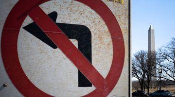 NGERI: Tugu Peringatan Washington kelihatan bersebelahan dengan tanda jalan di Washington, DC kelmarin. AS kelmarin di ambang mercu tanda mengerikan 500,000 kematian berkaitan COVID-19 sejak permulaan pandemik. — Gambar AFP
