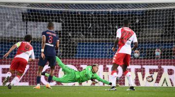 BOLOS: Penjaga gol PSG Keylor Navas gagal menangkis gol dari Maripan (tidak kelihatan) pada  perlawanan Ligue 1 Perancis di antara (PSG) dan  AS Monaco FC di Stadium Parc des Princes di Paris, kelmarin. — Gambar AFP