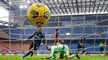 BERGAYA: Lautaro Martinez (kiri) meraikan gol kedua beliau pada perlawanan Serie A Itali di antara  AC Milan menentang Inter Milan stadium San Siro di Milan, kelmarin. — Gambar AFP