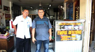 MAKANAN KHAS: Bersama Pak Joko di restoran Empal Gentong, makanan khas Kota Cirebon.