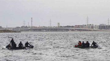 OPERASI MENYELAMAT: Anggota penyelamat menjalankan operasi untuk mencari mangsa terselamat selepas sebuah bot karam di Tasik Mariout, 20 kilometer dari bandar Iskandariah pada Selasa lepas. — Gambar AFP
