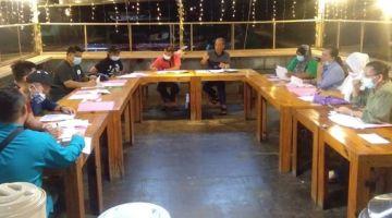 BINCANG: Asneh (lima kanan) ketika mempengerusikan mesyuarat JKDB Pangsapuri Tanjung Aru berkenaan.