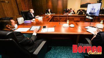 MESYUARAT: Hajiji (tengah) mengadakan mesyuarat libat urus secara sidang video bersama Khairy dan pegawai kerajaan negeri yang lain.