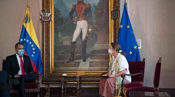KENA USIR: Arreaza (kiri) memaklumkan kepada Brilhante mengenai pengusirannya dari negara itu semasa perjumpaan di Caracas kelmarin. — Gambar AFP