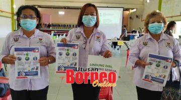 NYUKUNG: (Ari kiba) TR Ado, TR Dora enggau TR Vicky megai brosur Program Vaksinasyen COVID-19 Nasional.