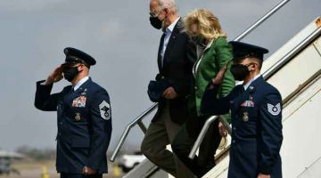 KUNJUNGAN: Biden bersama isteri, Jill Biden tiba di Houston, Texas kelmarin yang dilanda ribut musim sejuk yang kuat baru-baru ini. — Gambar AFP